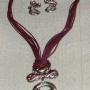 collar con colgante y pendientes rojizo y plateado