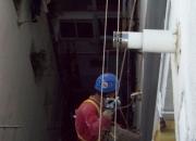 Tuberías PVC, fontaneros en altura para cambiar los tubos de pvc de las bajantes, Desagüe de los canalones, fontanero, sustituir cañerías de pvc de la fachada, Tubos de pl&aa