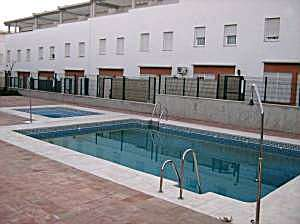 Estudio en coria del rio con piscina
