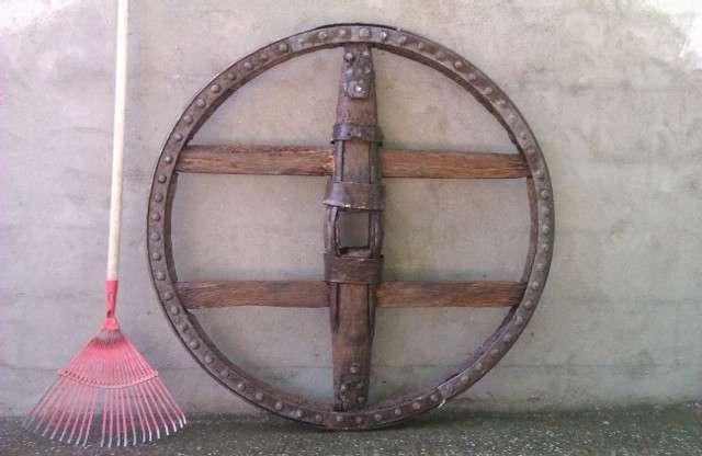 Rueda de carro hispánica, rueda de carro hispánica con más de 100 años de antiguedad en perfecto estado, madera de cerezo, guardada a cubierto y con tratamiento antifúngico. ideal para la realización