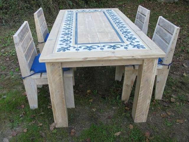mesa de madera reciclada con azulejos