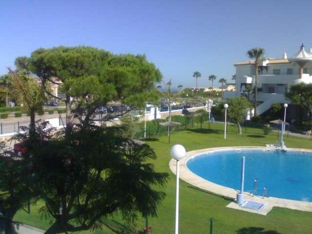 Alquilo chiclana en novo sancti-petri apartamento 300 mts. playa. urbanizacion con piscina