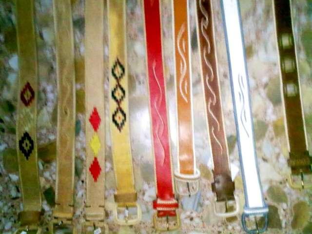 Cinturones bordados al borde