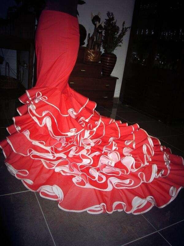 Ropa de flamenco, batas de cola