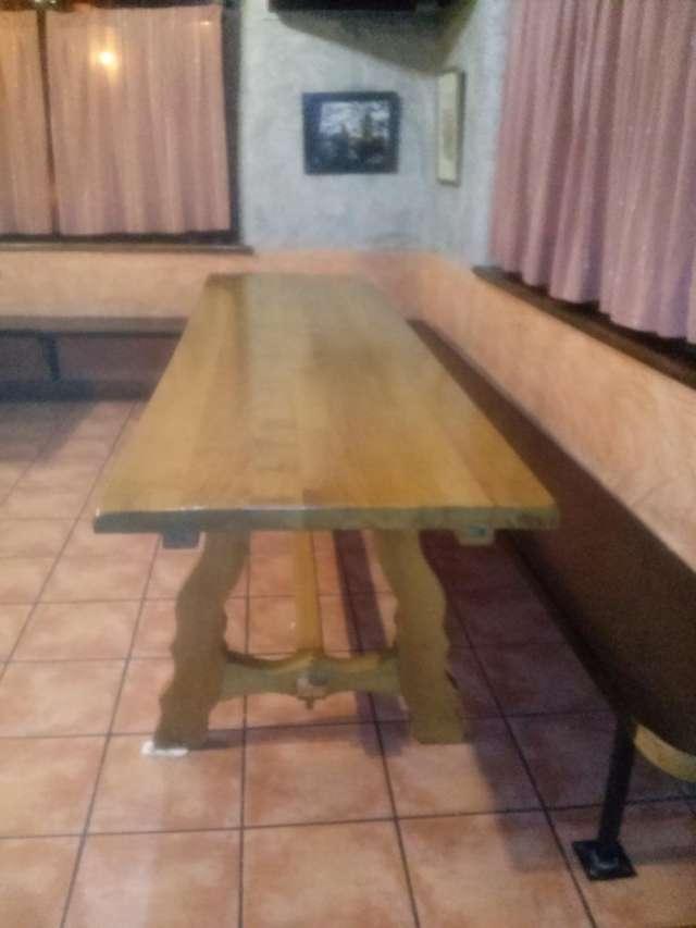 Dos mesas de roble+27 sillas+4 bancos a juego ( 3 x 1,80 )