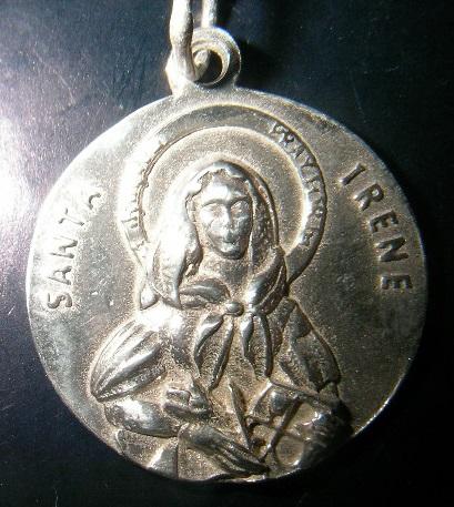 Medalla santa irene en oro y en plata.