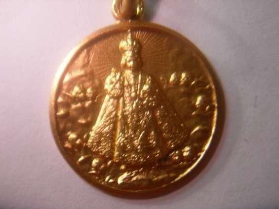 Medallas niño jesus de praga en oro y en plata.