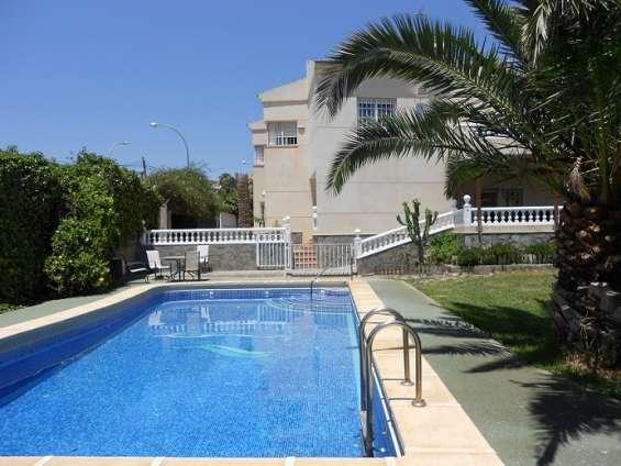 Chalet independiente con piscina y jardín privados