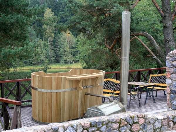 Bañera de madera de aire libre romantica
