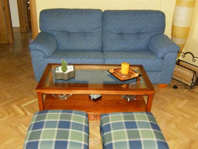 Vendo sofa de 3 plazas en perfecto estado + mesa de madera + 2 puff