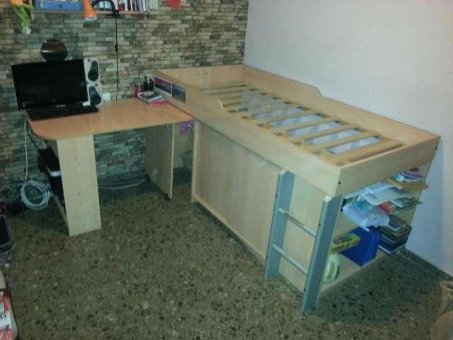 Dormitorio infantil juvenil con escritorio, estantes y armario