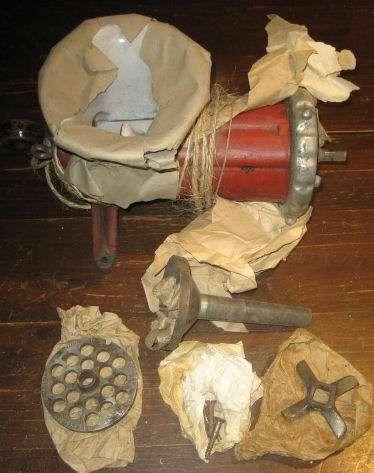 Picadora de carne antigua con accesorios