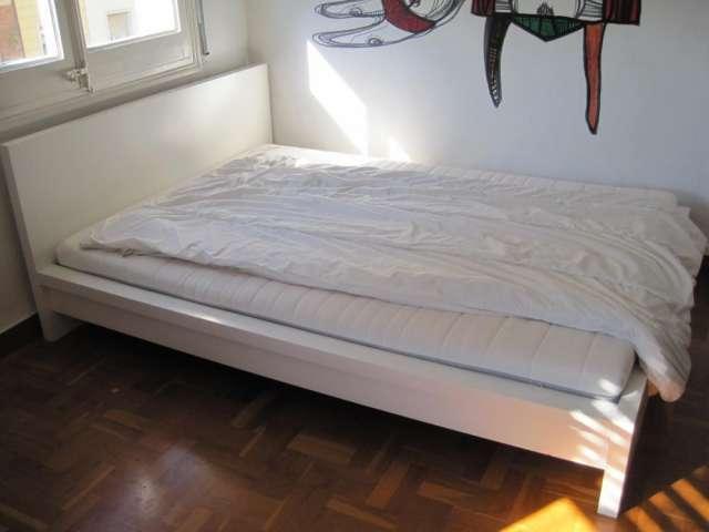 Vendo cama doble en buen estado, blanca,colchón y cobija incluidos
