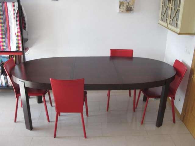 Mesa de madera de comedor ovalada y sillas