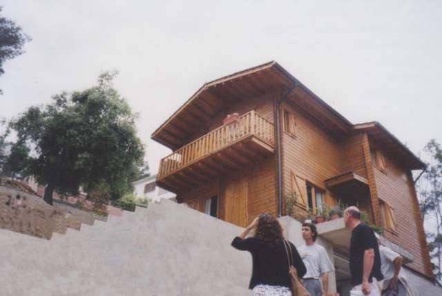 Construimos viviendas prefabricadas de madera natural.