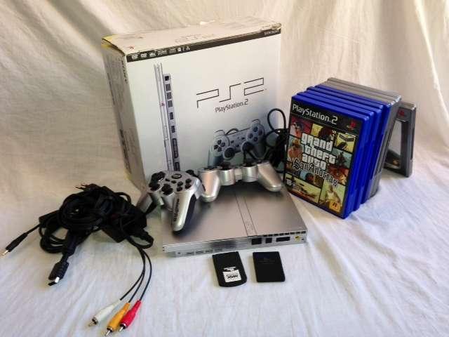Vendo play station 2 slim satin silver con muchos accesorios y videojuegos