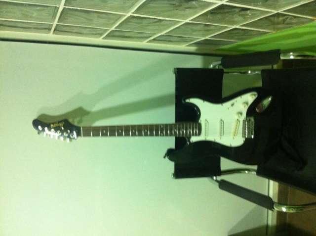 Chollazo guitarra electrica super chula sin usar y con su funda