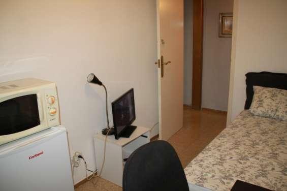 Alquiler de habitación individual con baño privado en barcelona – sólo a chica