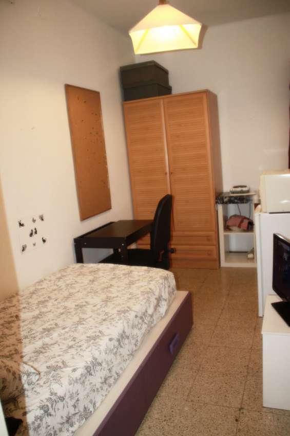 Alquiler de habitación individual con baño privado sólo a chica - barcelona