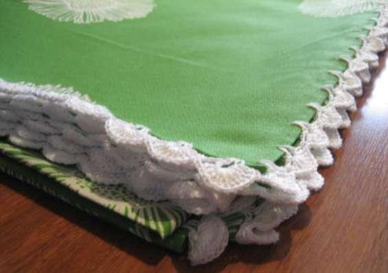 Fotos de Mantel verde con flores blancas rematado a ganchillo 4