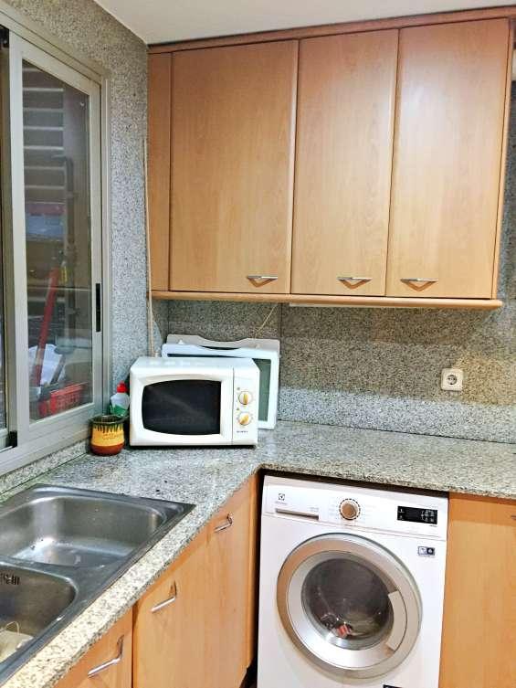 Cocina con todos los muebles y electrodomésticos